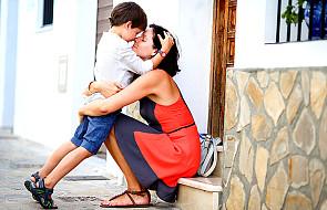 Samotna matka wychowuje syna