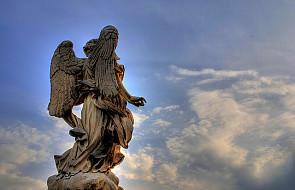 Depcząc po piętach aniołom