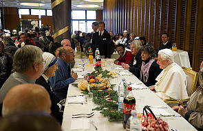 Bezdomni i potrzebujący na papieskim obiedzie