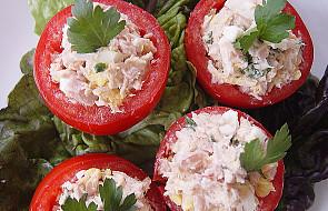 Pomidory faszerowane sałatką z tuńczyka