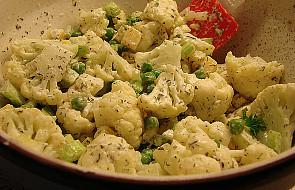 Chrupiąca sałatka z kalafiorem i sosem curry