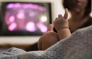 Maluch przed telewizorem to uczeń w opałach