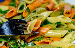 Penne z ziołami, pomidorami i fetą