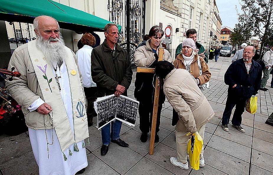 Duchowni o usunięciu krzyża sprzed Pałacu