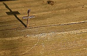 Krzyż się niesie, a nie przestawia