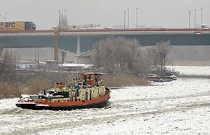 16 lodołamczy walczy z zatorem na Odrze