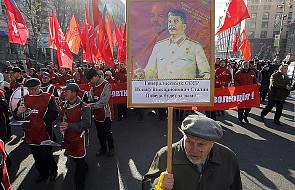 Marsz komunistów z portretami Lenina i Stalina