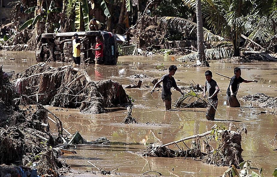 """Ponad 900 ofiar powodzi; """"Przestaliśmy liczyć"""""""