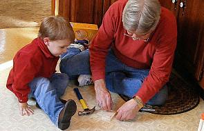 To ojciec pomaga dziecku odkrywać świat