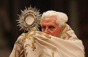 Benedykt XVI modli się z zakonnikami