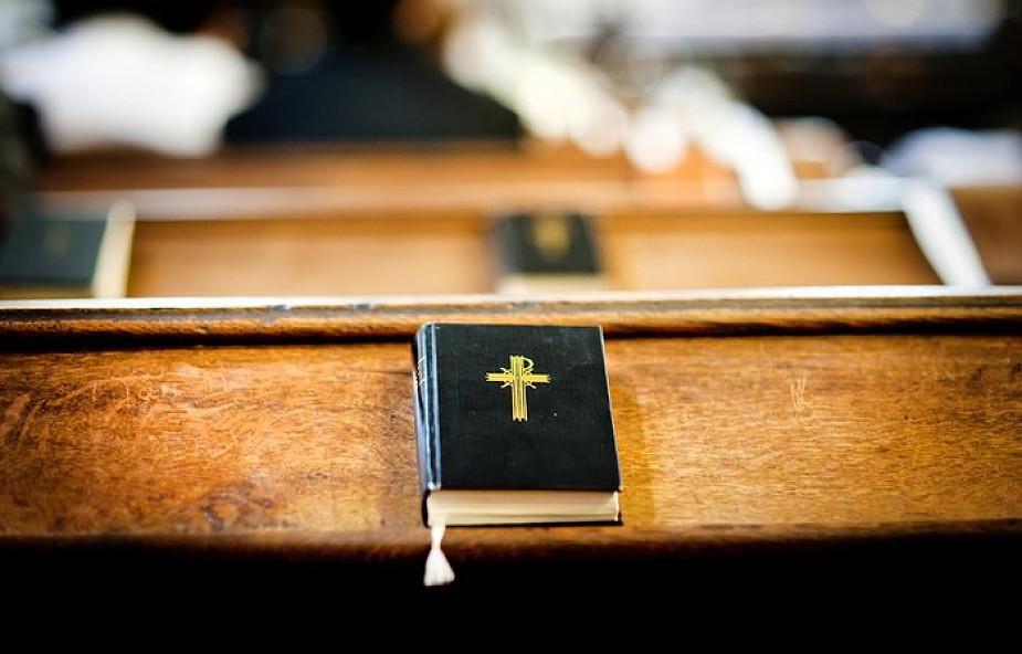 Spotyka się z nie-chrześcijaninem
