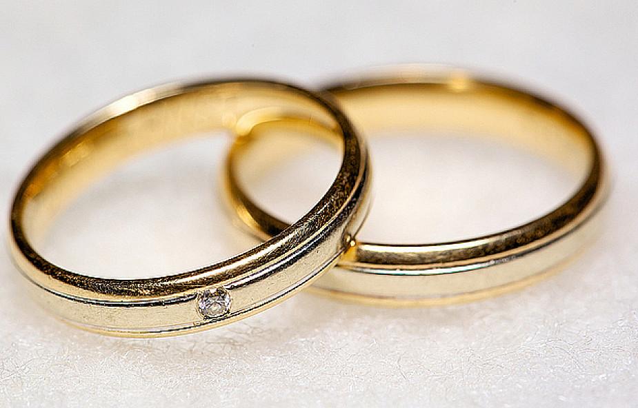 W czym wyraża się sakr. małżeństwa?