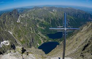 Ze szczytu Rysów po raz drugi usunięto krzyż