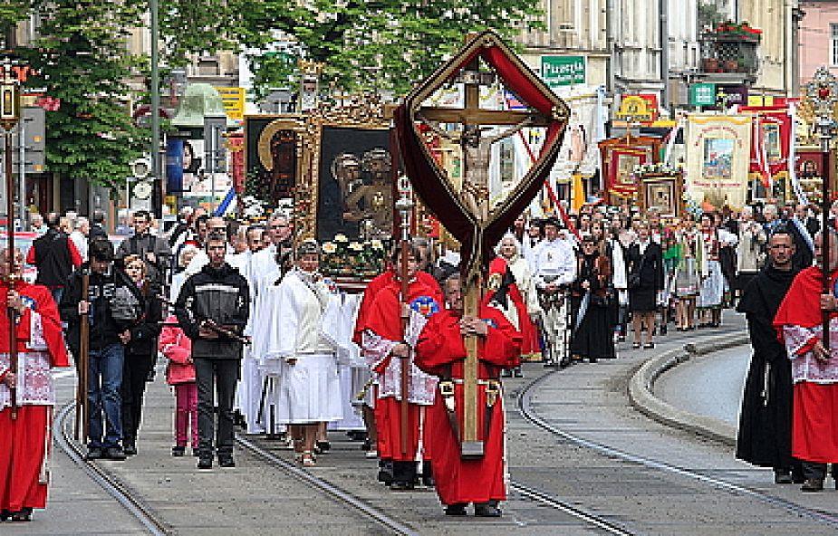 Kraków: uroczysta procesja z Wawelu na Skałkę