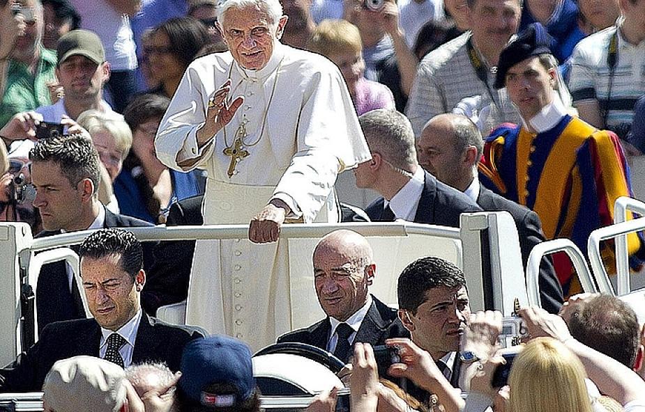 Kto chce wrobić Papieża?