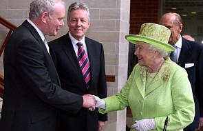 Elżbieta II i były dowódca IRA podali sobie ręce