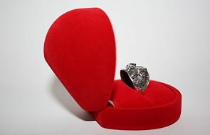 Na zaręczyny pierścień Karoliny