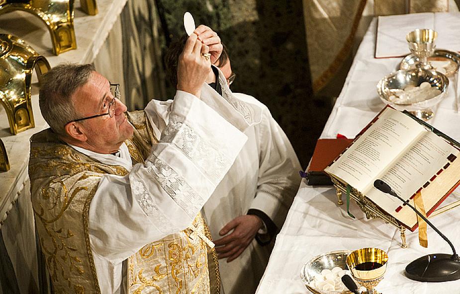Modlić się Mszą świętą