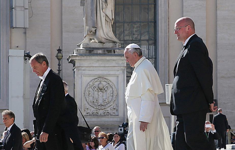 """""""Papież nie wymyka się wieczorami do ubogich"""""""
