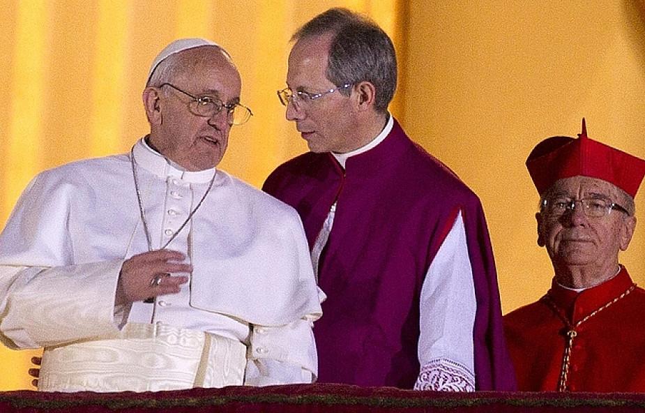 czerwona sukienka u papieza