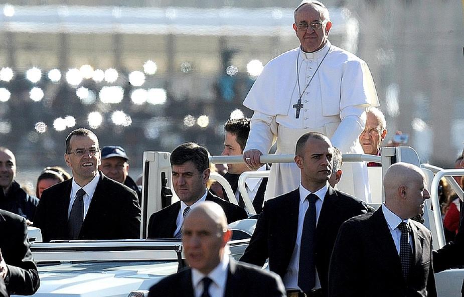 Papież otrzymał paliusz i pierścień Rybaka