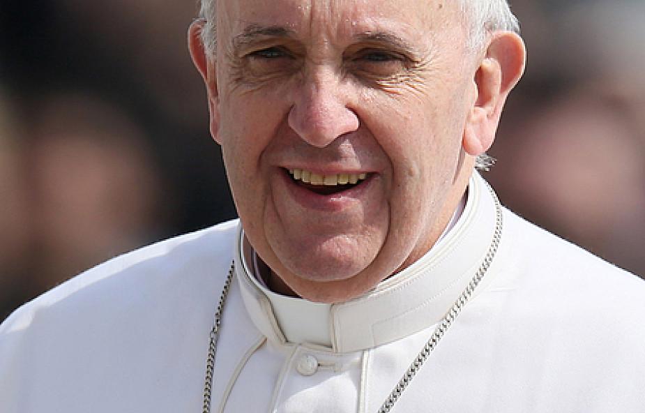 Dlaczego papież Franciszek nie śpiewa?