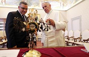 Papież otrzymał relikwiarz abp. Romero