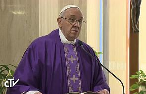 Papież: Bóg nas zbawia w naszej pokorze