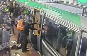Pasażerowie pomagają uwięzionemu mężczyźnie