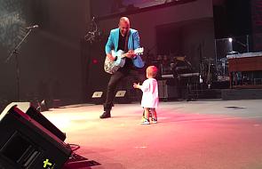Co robią ojciec z synem na scenie?