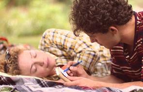 Dziewczyna, chłopak i guma do żucia [WIDEO]