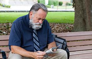 Na bruk tuż przed emeryturą, coraz częściej