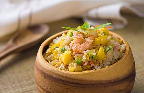 Sałatka ryżowa z kurczakiem i ananasem