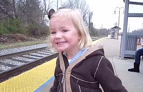 Pierwszy raz w życiu zobaczyła pociąg [WIDEO]
