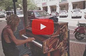 Bezdomny gra na pianinie, by odnaleźć syna
