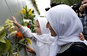 Mieszkańcy Sarajewa składają hołd ofiarom