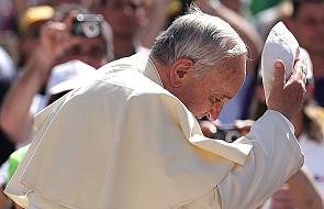 Mimo wakacji papież nie zapomina o ubogich