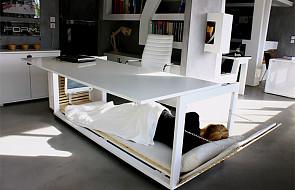 Producent mebli sprzedaje biurko... zmienialne w łóżko