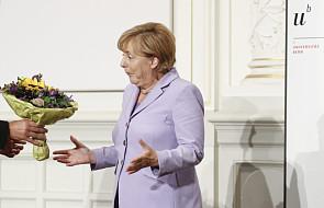 Spada poparcie dla Merkel w związku z imigrantami