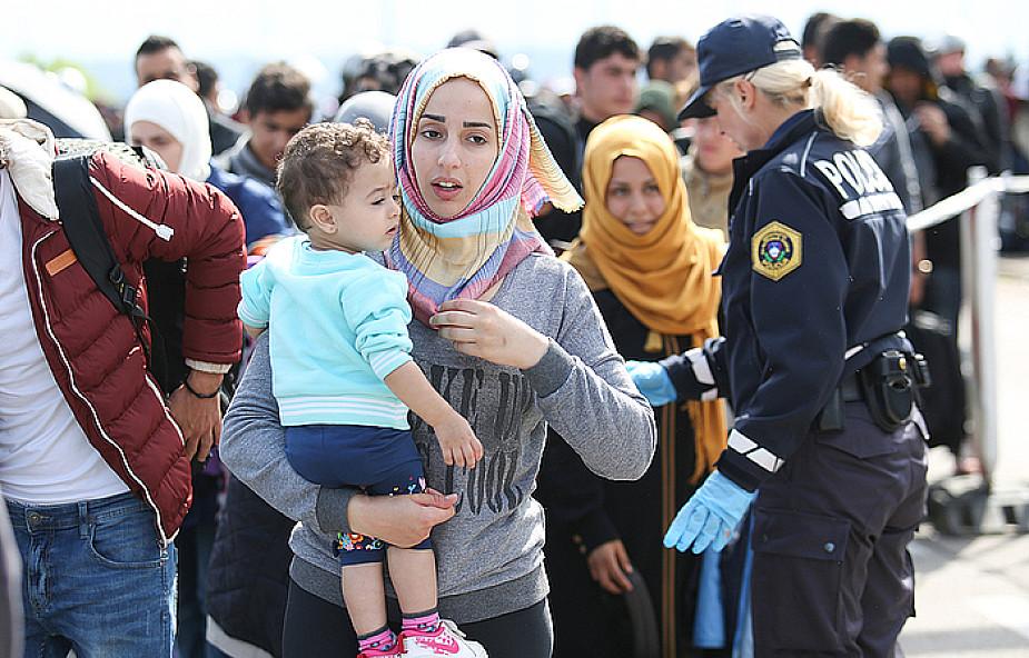 Watykan: uchodźcy muszą się integrować