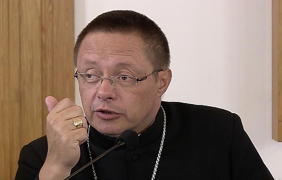 Bp Ryś: Co wiemy o tych, którzy do kościoła nie chodzą?