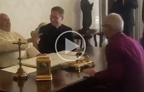 Papież wybuchł śmiechem po żarcie... anglikańskiego prymasa [WIDEO]