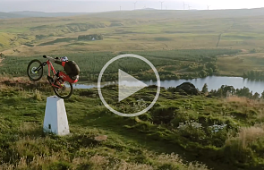 Ten chłopak musi bardzo kochać dwie rzeczy: rower i Szkocję [WIDEO]