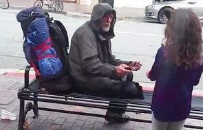 Oddała swój obiad bezdomnemu. Zobacz piękny gest dziecka [WIDEO]