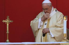 Franciszek modli się za zmarłego b. generała jezuitów