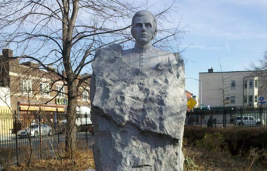 Pomnik bł. ks. Jerzego Popiełuszki tonie w śmieciach