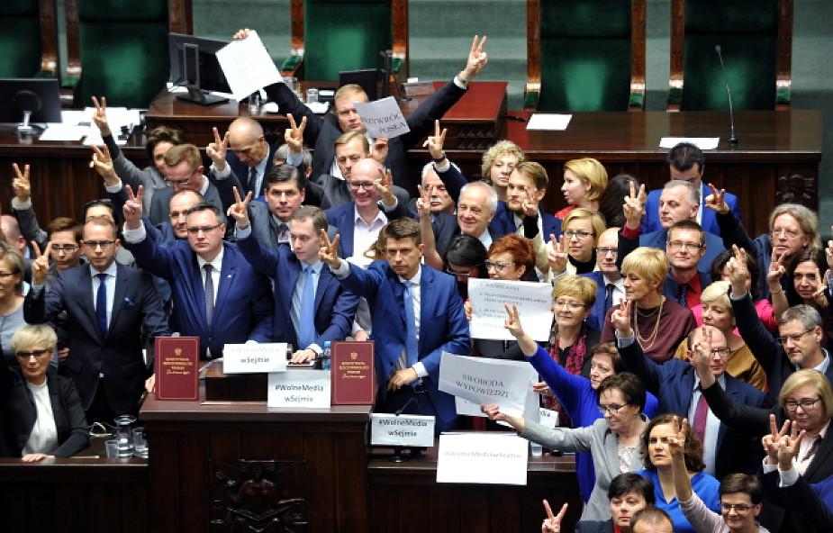 W Sejmie trwa blokada mównicy przez posłów opozycji