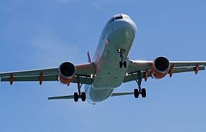 Pasażerowie opuszczają porwany samolot