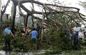 Sześciu zabitych i 380 tys. ewakuowanych po przejściu tajfunu