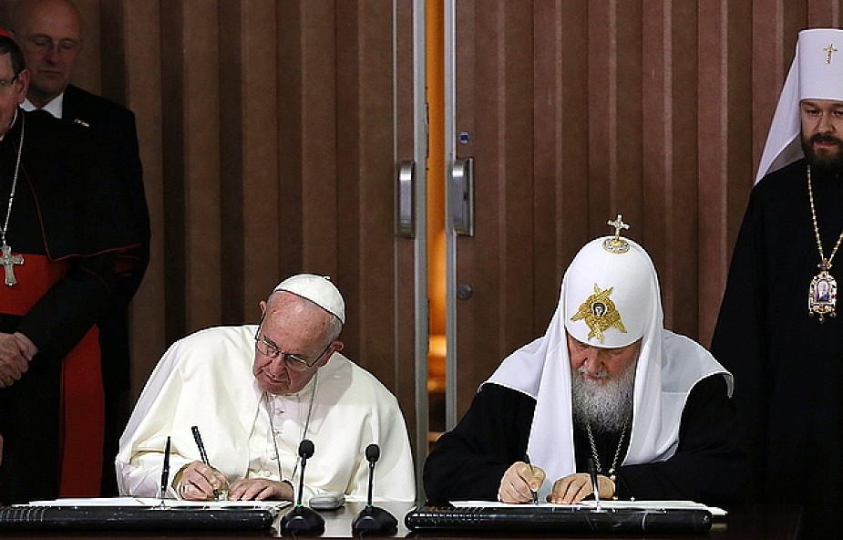 Na lotnisku dwaj biskupi rozmawiali